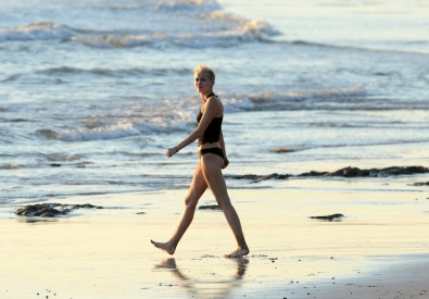 miley_cyrus_bikini_candids_doing_yoga__in_hawaii_22