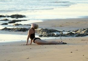 miley_cyrus_bikini_candids_doing_yoga__in_hawaii_32