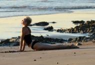 miley_cyrus_bikini_candids_doing_yoga__in_hawaii_35