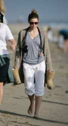 Jessica_Biel_walks_her_dogs_on_the_beach_in_Malibu_with_some_friends_01