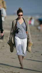 Jessica_Biel_walks_her_dogs_on_the_beach_in_Malibu_with_some_friends_02