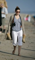 Jessica_Biel_walks_her_dogs_on_the_beach_in_Malibu_with_some_friends_04