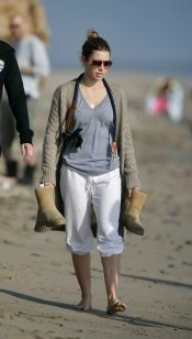 Jessica_Biel_walks_her_dogs_on_the_beach_in_Malibu_with_some_friends_05