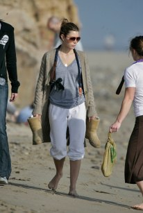 Jessica_Biel_walks_her_dogs_on_the_beach_in_Malibu_with_some_friends_06