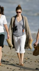 Jessica_Biel_walks_her_dogs_on_the_beach_in_Malibu_with_some_friends_08