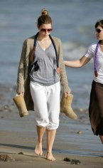 Jessica_Biel_walks_her_dogs_on_the_beach_in_Malibu_with_some_friends_09
