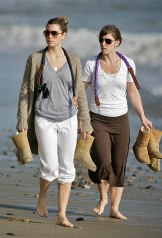 Jessica_Biel_walks_her_dogs_on_the_beach_in_Malibu_with_some_friends_10