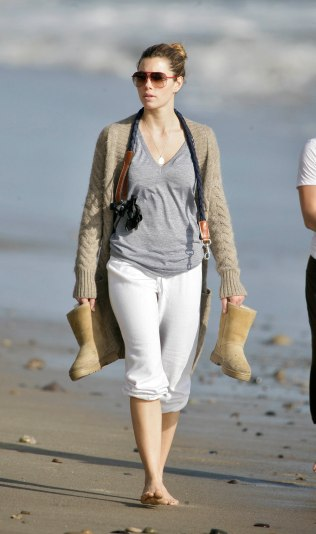 Jessica_Biel_walks_her_dogs_on_the_beach_in_Malibu_with_some_friends_13