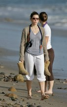 Jessica_Biel_walks_her_dogs_on_the_beach_in_Malibu_with_some_friends_16
