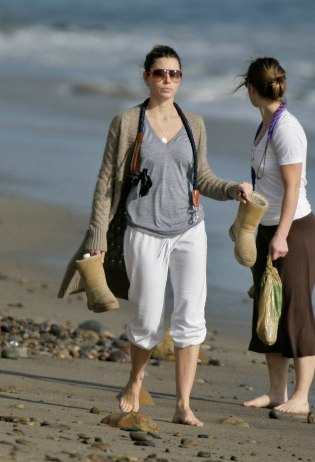 Jessica_Biel_walks_her_dogs_on_the_beach_in_Malibu_with_some_friends_18
