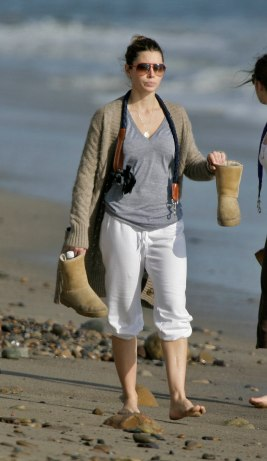 Jessica_Biel_walks_her_dogs_on_the_beach_in_Malibu_with_some_friends_19