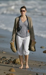 Jessica_Biel_walks_her_dogs_on_the_beach_in_Malibu_with_some_friends_21