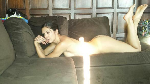 adrianne_curry_lazy_naked_sunday_twitpic_01