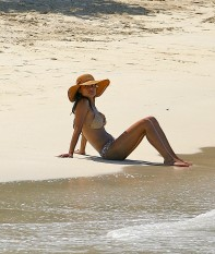 Vanessa_Minnillo_in_bikini_on_th_beach_in_the_British_Virgin_Islands_02