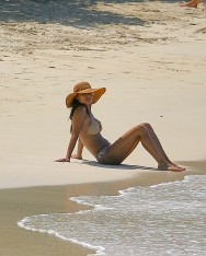 Vanessa_Minnillo_in_bikini_on_th_beach_in_the_British_Virgin_Islands_03